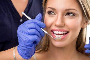 Badanie stomatologiczne lusterkiem