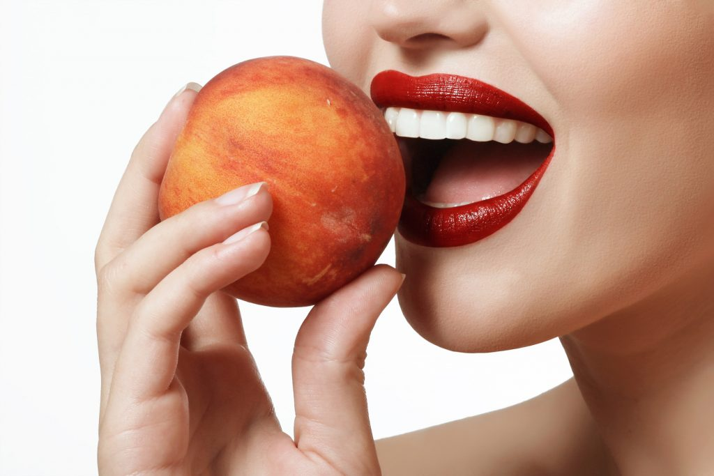 Stomatologia estetyczna gwarantuje nieskazitelnie białe i równe zęby