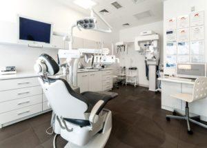 Nowoczesne wyposażenie kliniki, w tym urządzenie Mectron Piezosurgery