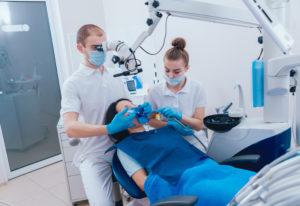 Leczenie endodontyczne pod mikroskopem i przy użyciu koferdamu